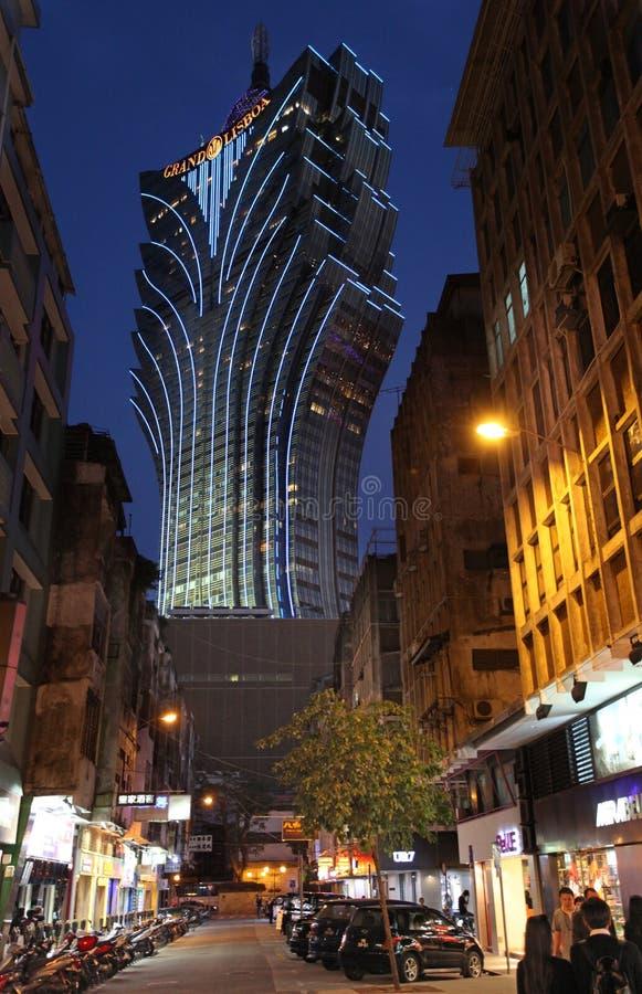 Storslagen Lissabon kasino och hotell i Macao vid natt royaltyfri bild