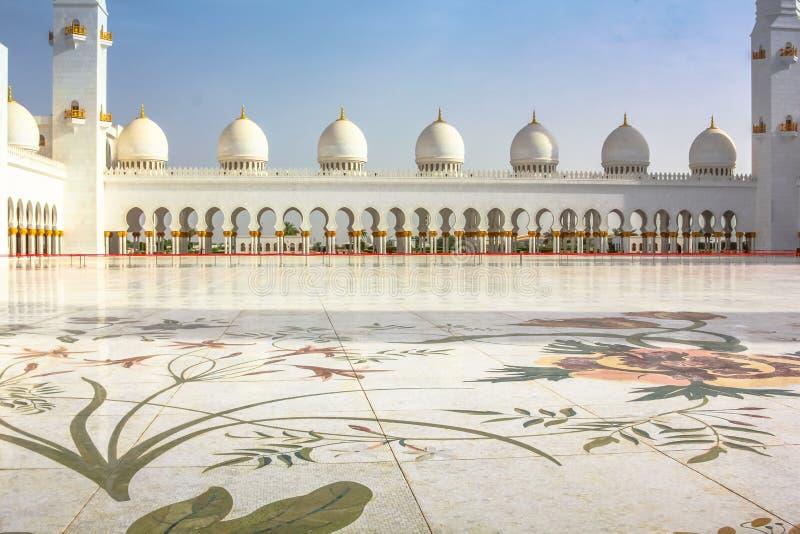 Storslagen moské Abu Dhabi för borggård royaltyfri foto