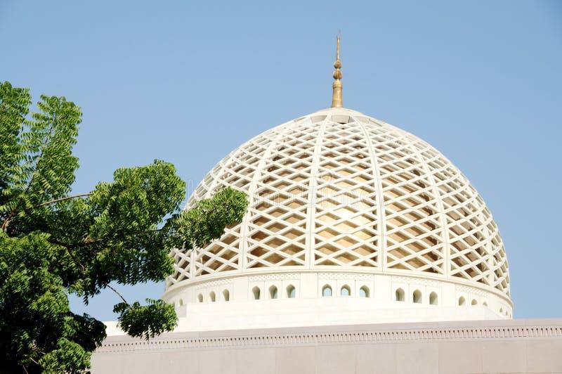 Storslagen moské i muscaten oman royaltyfria bilder