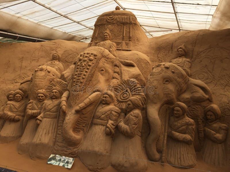 Storslagen sandskulptur som visar den berömda Dussehra festivalen som rymms i Mysore arkivfoto
