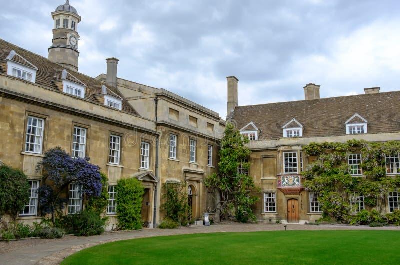 Storslagen sikt av en av ingångarna till en högskola på universitetet av Cambridge, UK royaltyfri fotografi