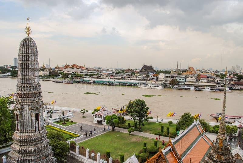 Storslagen slott och den Chao Phaya floden efter överkanten av den Wat Arun templet i Bangkok, Thailand royaltyfri fotografi