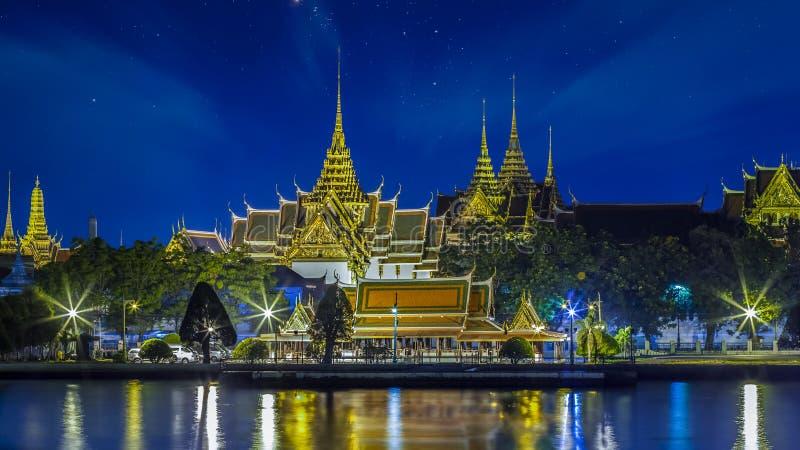 Storslagen slott på natten i Bangkok fotografering för bildbyråer