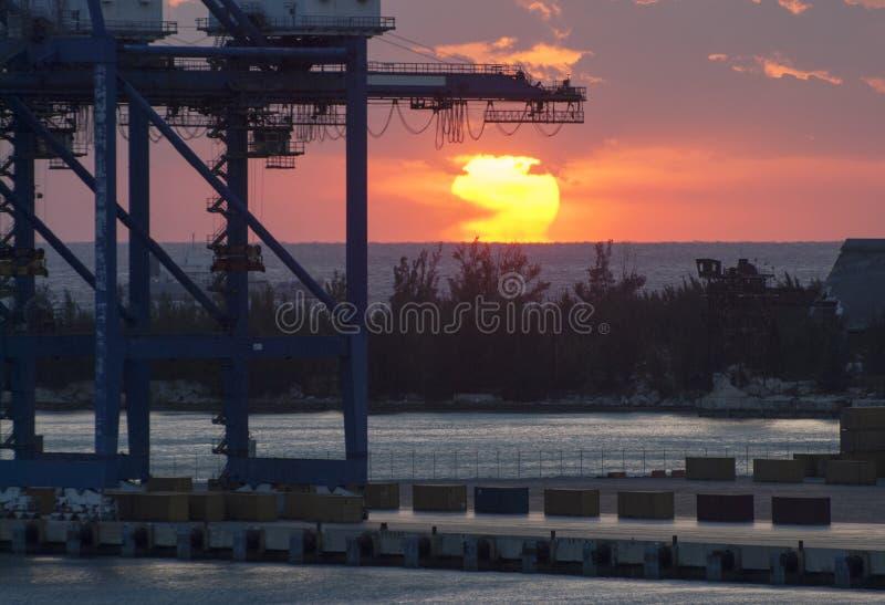 Storslagen solnedgång för port för Bahama ö arkivfoto