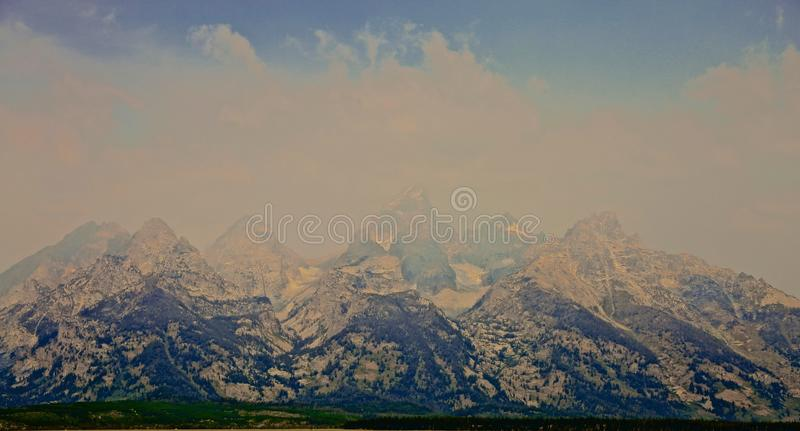 Storslagen Teton bergdimma royaltyfri foto