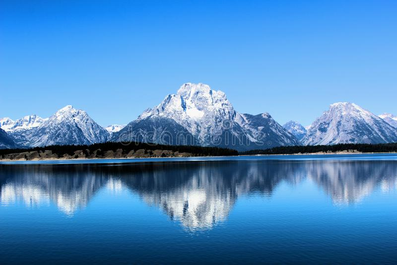 Storslagen Teton nationalpark som precis är södra av härliga berg för Yellowstone nationalpark arkivfoton