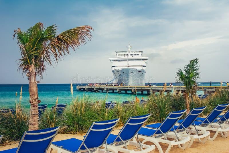 Storslagen turk/Turks- och Caicosöarna - Maj 10 2007: Sikt på skeppsdockan för kryssningskepp vid den sandiga stranden royaltyfria bilder