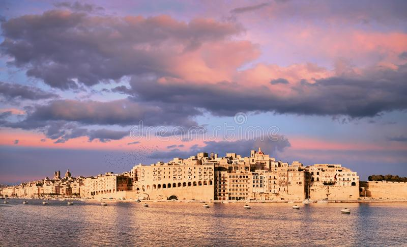 Storslagen Valletta hamn, Senglea halvö på en sunse royaltyfri foto
