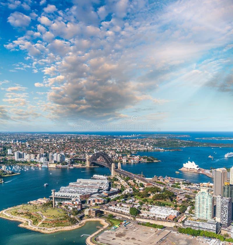 Storslagenhet av Sydney Harbour på sunaet, flyg- sikt från helic royaltyfria foton