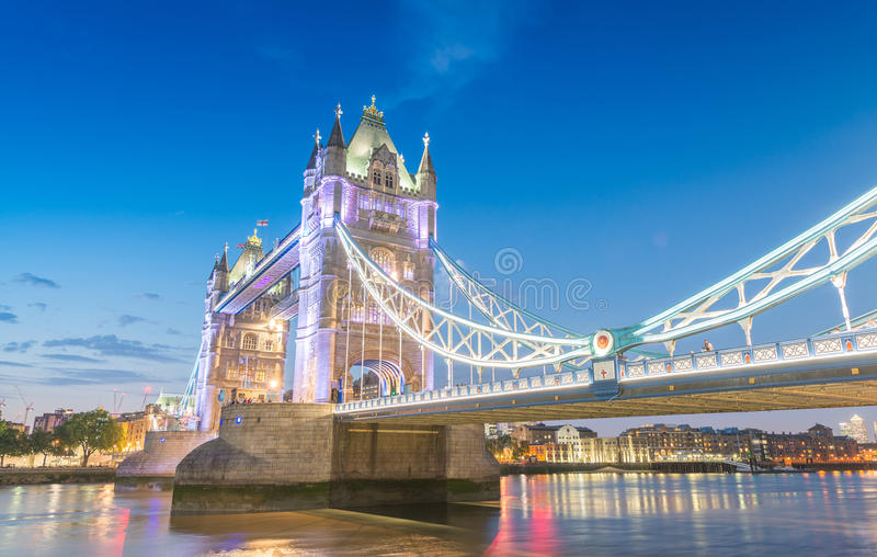 Storslagenhet av tornbron på natten, London - UK royaltyfri foto