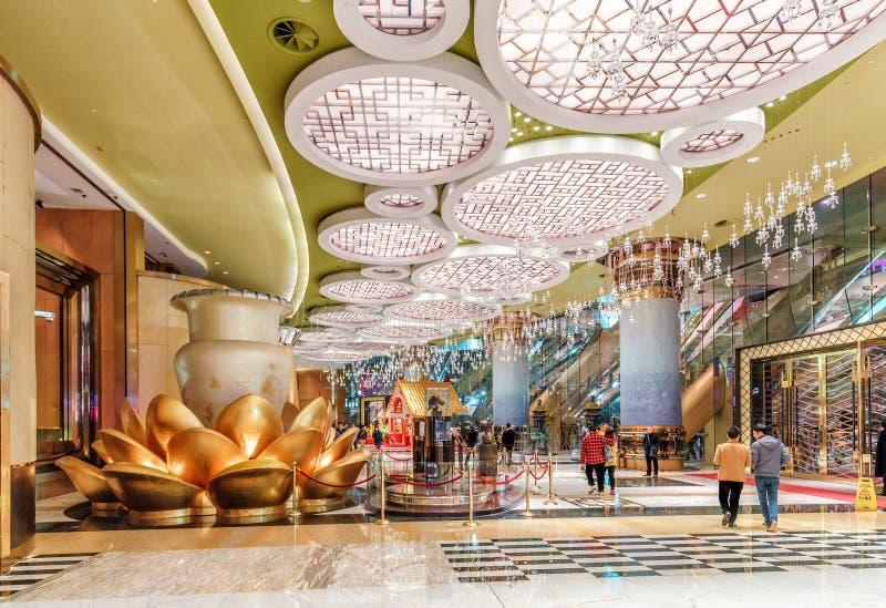 Storslaget Lissabon hotell och kasino i Macao Inre sikt av farstun på natten arkivbilder