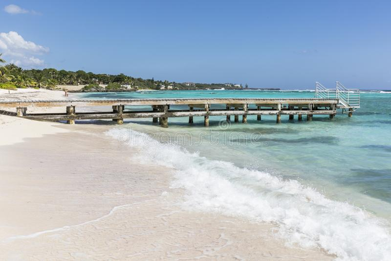 Storslagna kajmanvågor och strand royaltyfri fotografi
