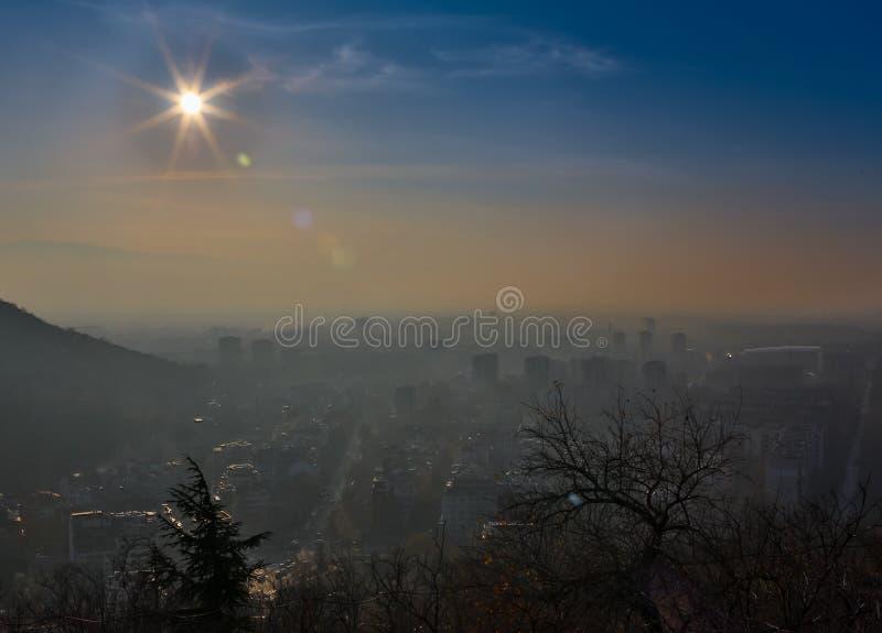 Storstad i dimmig soluppgång, Plovdiv, Bulgarien fotografering för bildbyråer