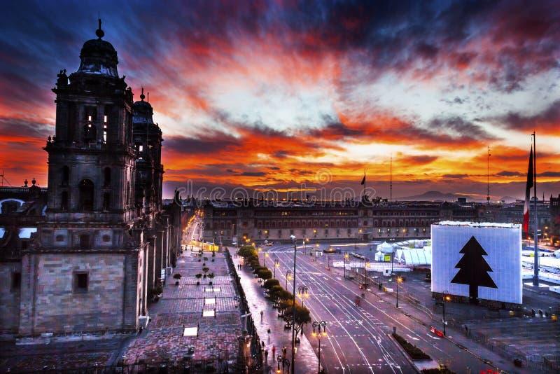 Storstads- domkyrka Zocalo Mexico - stadsMexico soluppgång arkivbild