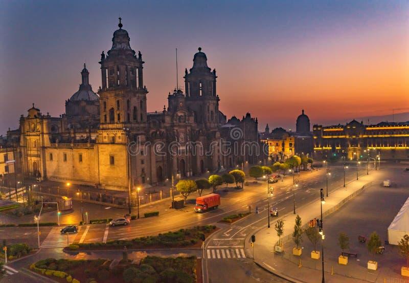 Storstads- domkyrkasoluppgång Zocalo Mexico - stad Mexico arkivfoto