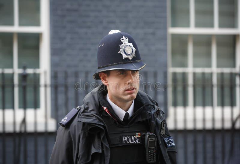 Storstads- kvinnlig polis som är tjänstgörande i London arkivfoton