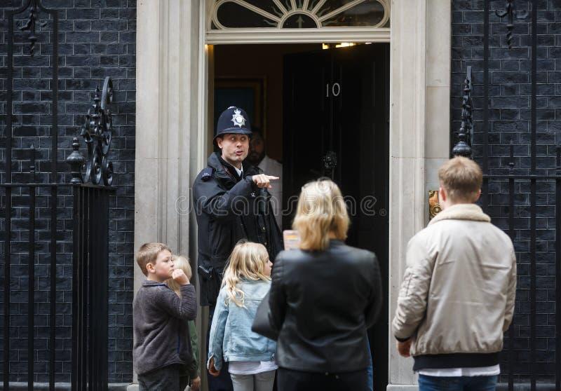 Storstads- kvinnlig polis som är tjänstgörande i London arkivbild