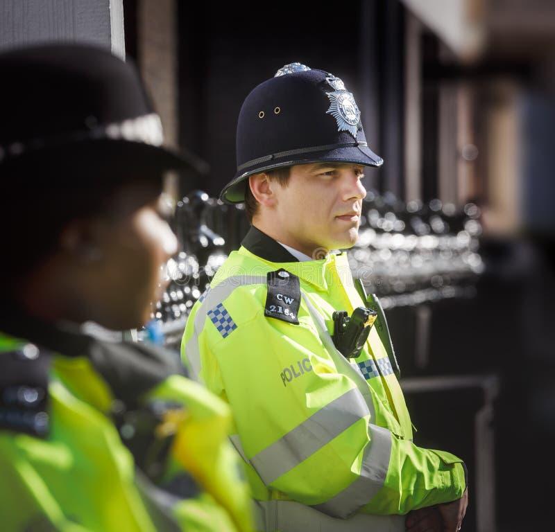 Storstads- kvinnlig polis som är tjänstgörande i London royaltyfria bilder