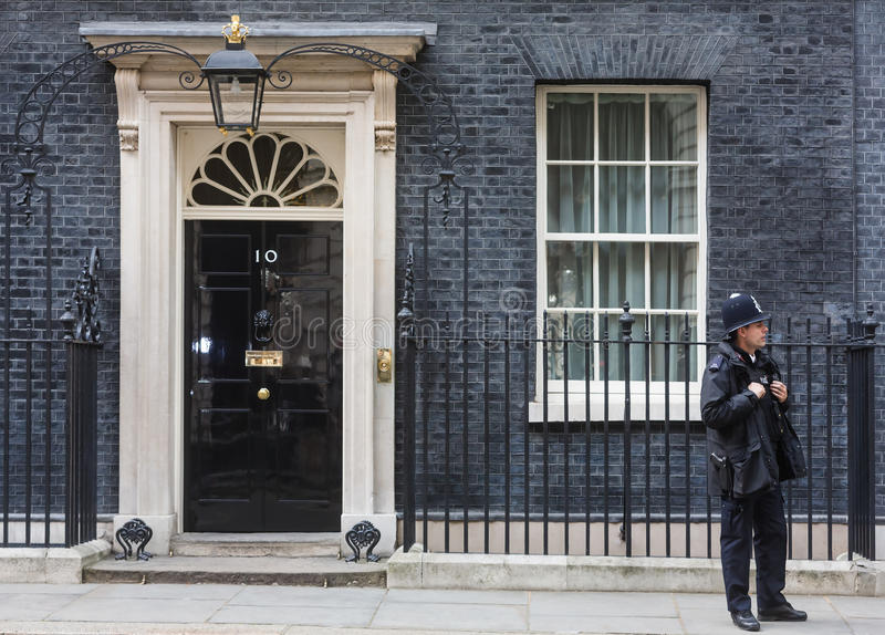 Storstads- kvinnlig polis som är tjänstgörande i London arkivfoto