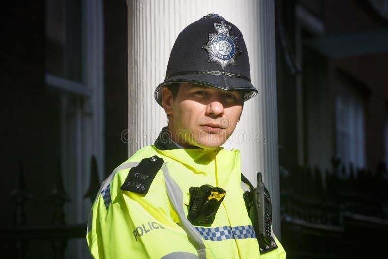 Storstads- kvinnlig polis som är tjänstgörande i London royaltyfri fotografi