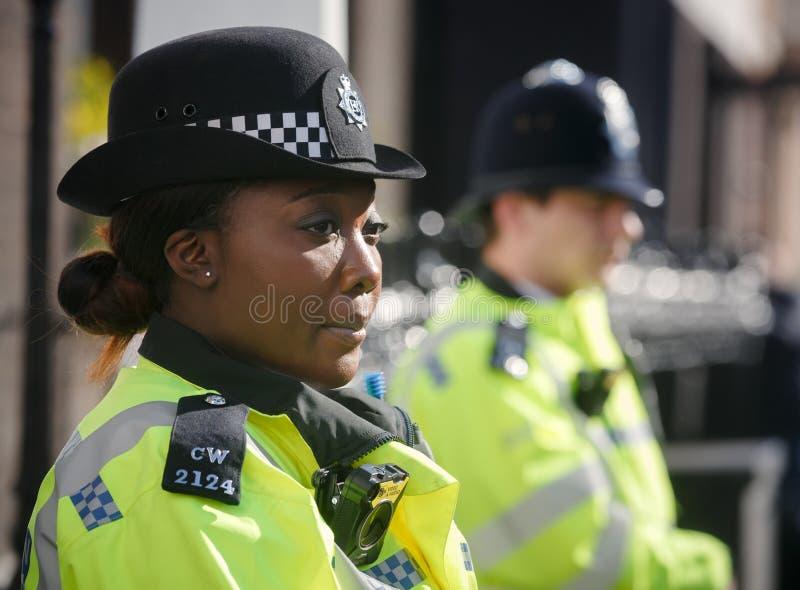 Storstads- kvinnlig polis som är tjänstgörande i London fotografering för bildbyråer