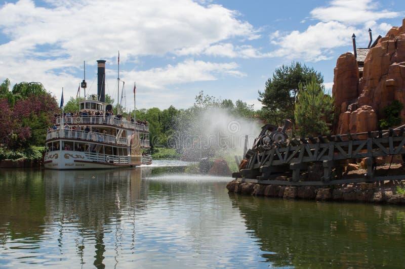 Stort åskaMesa River fartyg och stort åskaberg arkivfoto