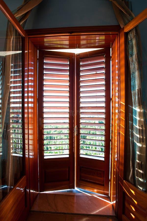 Stort balkongfönster med stängda träslutare fotografering för bildbyråer
