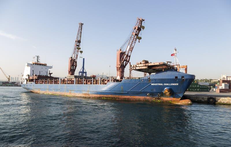 Stort behållareskepp i en skeppsdocka på port, Haydarpasa, Istanbul royaltyfri foto