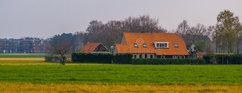 Stort bondehus på bygden, typisk holländsk arkitektur arkivfoton