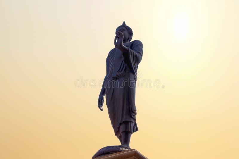 Stort buddha statyanseende på solhimmel på templet royaltyfria foton