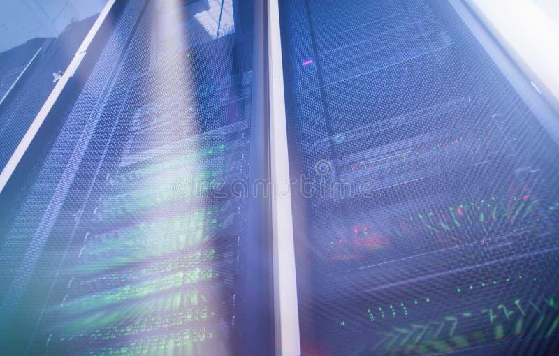 Stort data och informationsteknikbegrepp Supercomputerdatorhall Åtskillig exponering Serverrum i datorhall mycket av tele arkivfoto