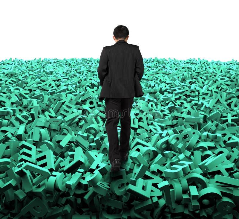 Stort databegrepp, affärsman som går på enorma gröna tecken royaltyfri fotografi