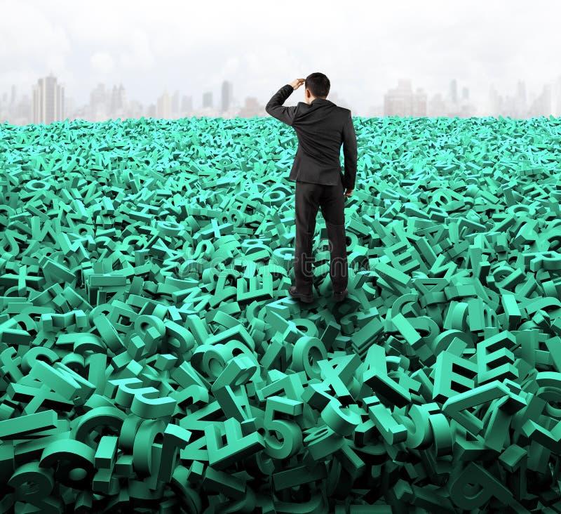 Stort databegrepp, affärsman som ser stirra på enorma gröna tecken arkivbild