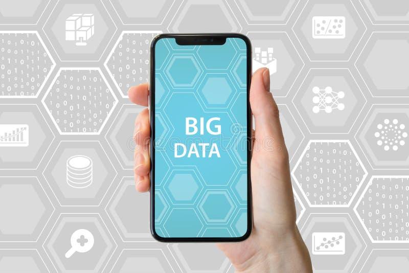 Stort databegrepp Räcka den hållande moderna skyddsram-fria smartphonen som är främst av neutral bakgrund med symboler royaltyfri foto