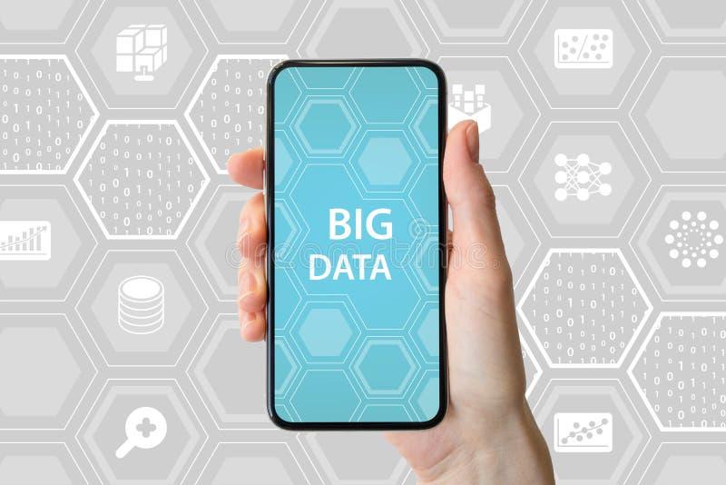 Stort databegrepp Räcka den hållande moderna skyddsram-fria smartphonen som är främst av neutral bakgrund med symboler fotografering för bildbyråer