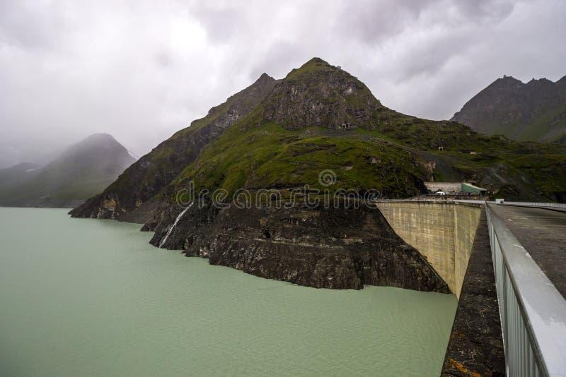 Stort Dixence damm i Schweiz i fjällängar arkivbilder