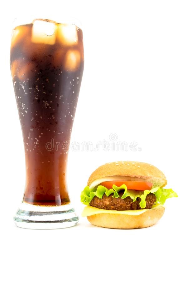 Stort exponeringsglas av popsodavatten med den frodiga smakliga hamburgaren som isoleras på en vit bakgrund Ljust foto royaltyfria foton