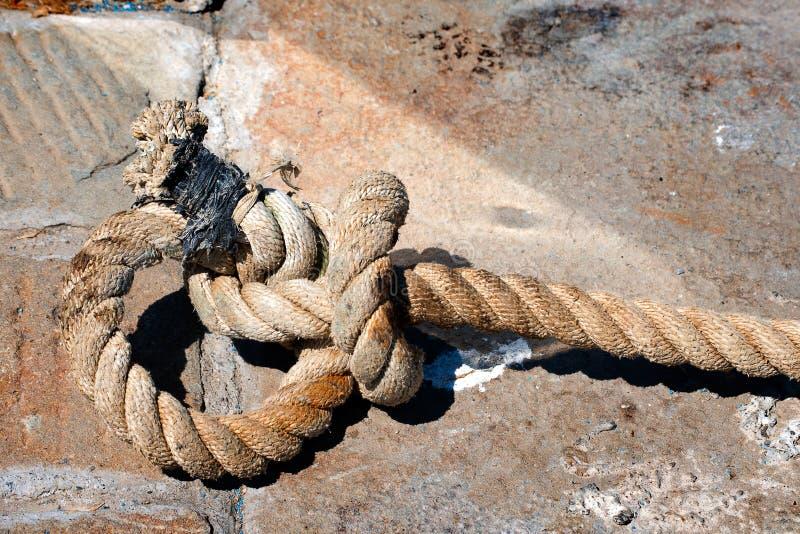 Stort gammalt rep på stenen royaltyfri fotografi