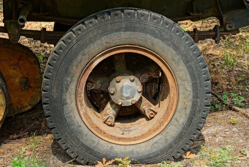 stort gammalt rostigt hjul på en lastbil i gatan royaltyfria bilder