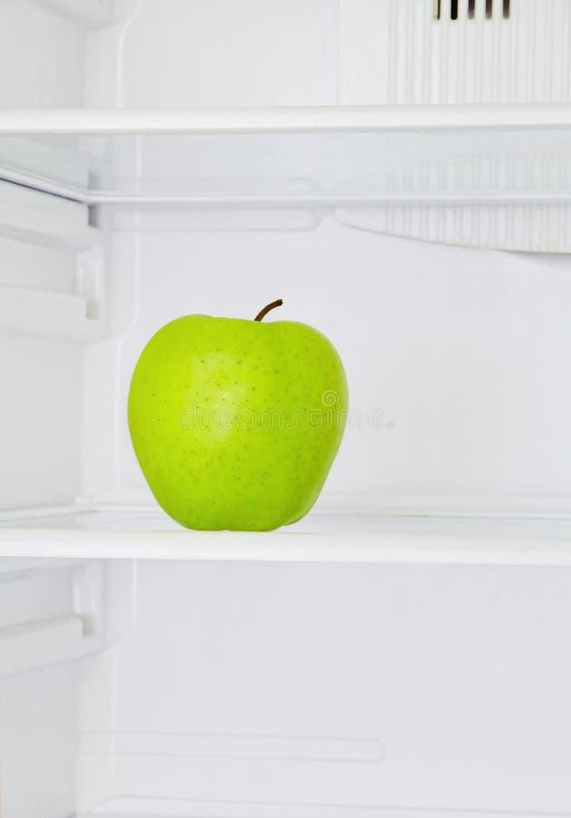 Stort grönt äpple i tagen closeup för inhemskt kylskåp Lifestile fotografering för bildbyråer