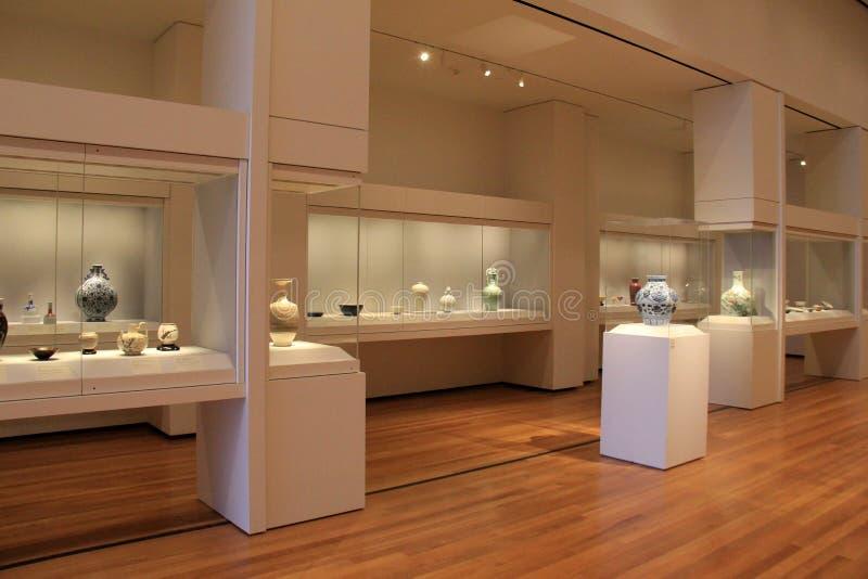 Stort härligt rum med glass fall fyllde med krukmakeri, Cleveland Art Museum, Ohio, 2016 arkivfoto