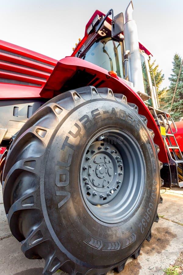 Stort hjul av den nya moderna Kirovets K 4 för jordbruks- traktor exhibien royaltyfri bild