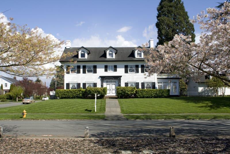 Stort hus med eleganta designer royaltyfri fotografi