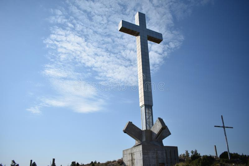 Stort kors på mummelkullen nära till Mostar royaltyfria foton