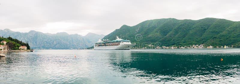 Stort kryssningskepp i fjärden av Kotor i Montenegro Beskåda det från fotografering för bildbyråer