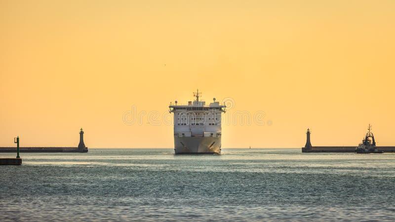 Stort kryssningskepp som att närma sig hamnen fotografering för bildbyråer
