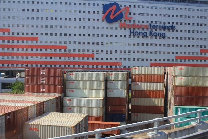 stort lager med röda päfyllningsskeppsdockor och flera släp för royaltyfri bild