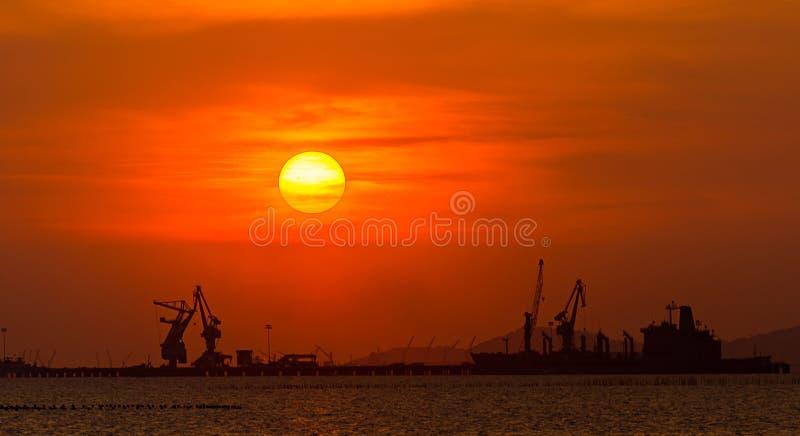 Stort lastfartyg i havet med solnedgångtid royaltyfria bilder