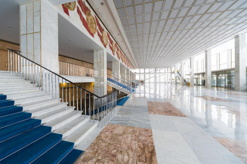 Stort ljust rum på ingången i Kremlslott arkivbilder