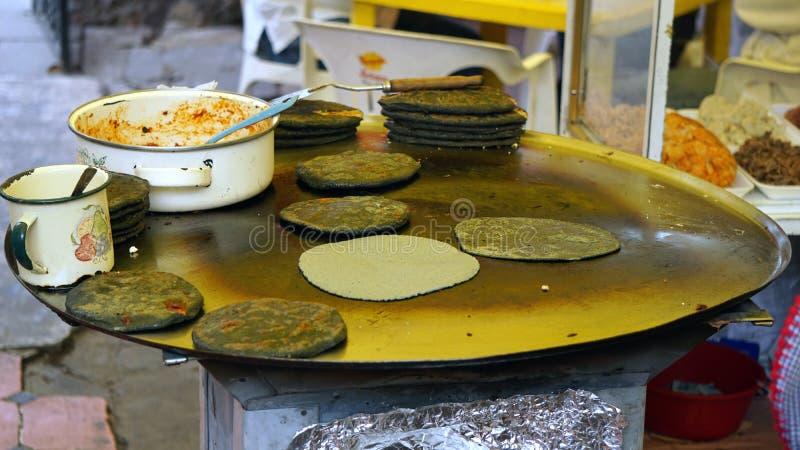 Stort mexikanskt comal och mat arkivbild